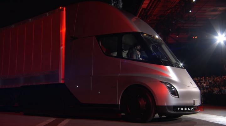 Стало известно, кто скупает грузовики Tesla по 150 тысяч долларов
