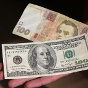 Два пика: в Украине показали, как менялся размер зарплаты в долларах (инфографика)