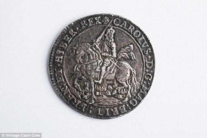 Женщина нашла на чердаке монету, оцененную в 4 тысячи (фото)