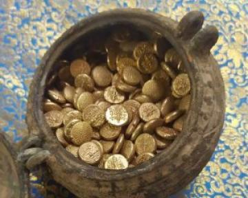 Рабочие случайно обнаружили клад 1000-летних арабских золотых монет