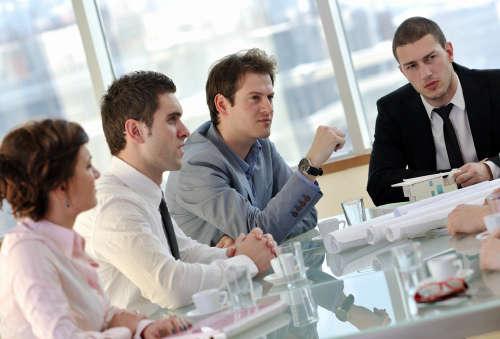 Кто может помочь в деле с выплатами выходных пособий при увольнении?