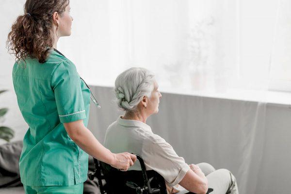 Услуги сиделки в пансионате для пожилых людей